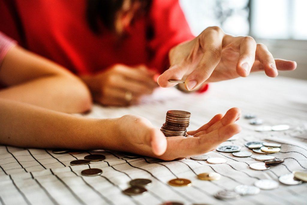 contando moedas